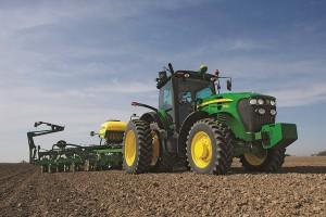 Новый трактор обрабатывает поле