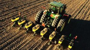 Трактор обрабатывает земельные угодья