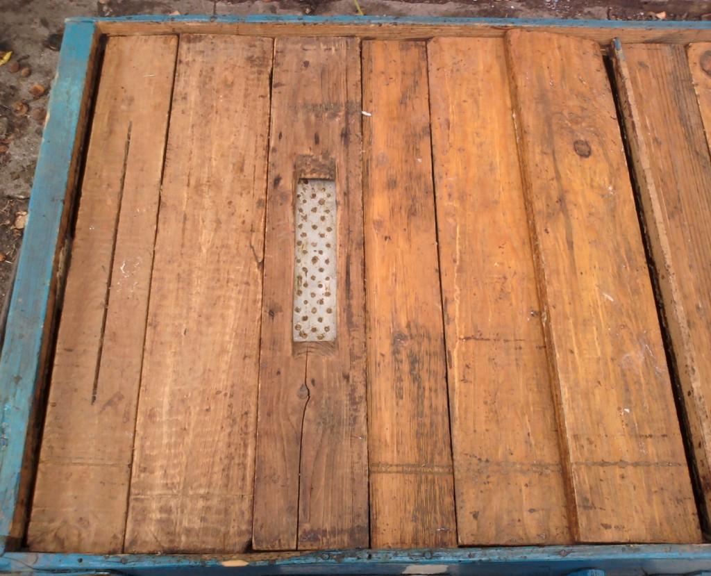 Щели по бокам улья и решетка в лежаках для пчел