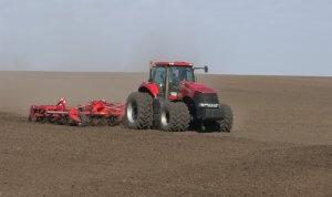 Трактор готовит почву к посеву зерна
