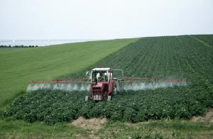 Использование пестицида в поле