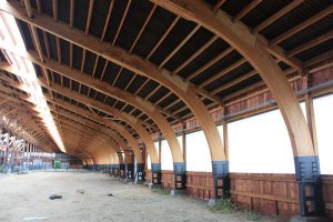 В Томской области помещения для коров строят из клееного бруса