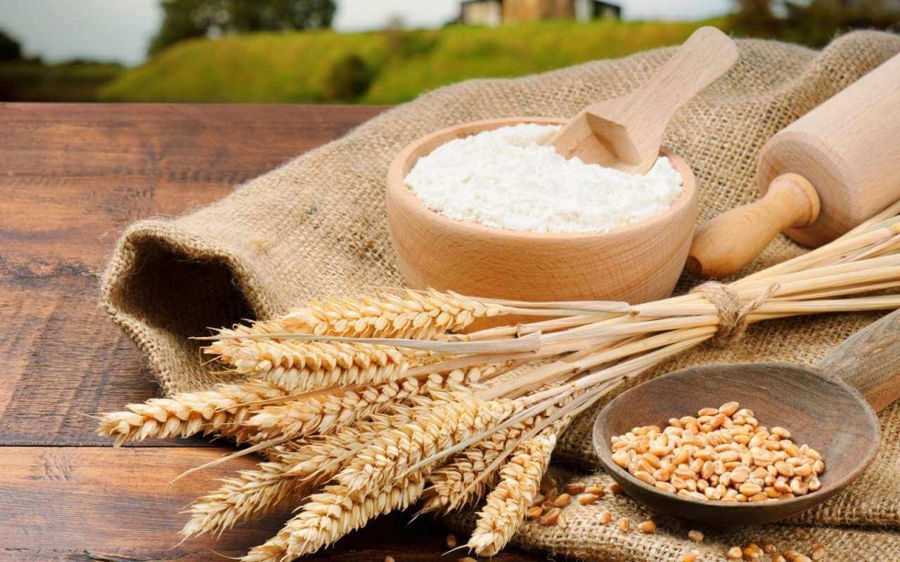 Пшеничная мука в тарелке
