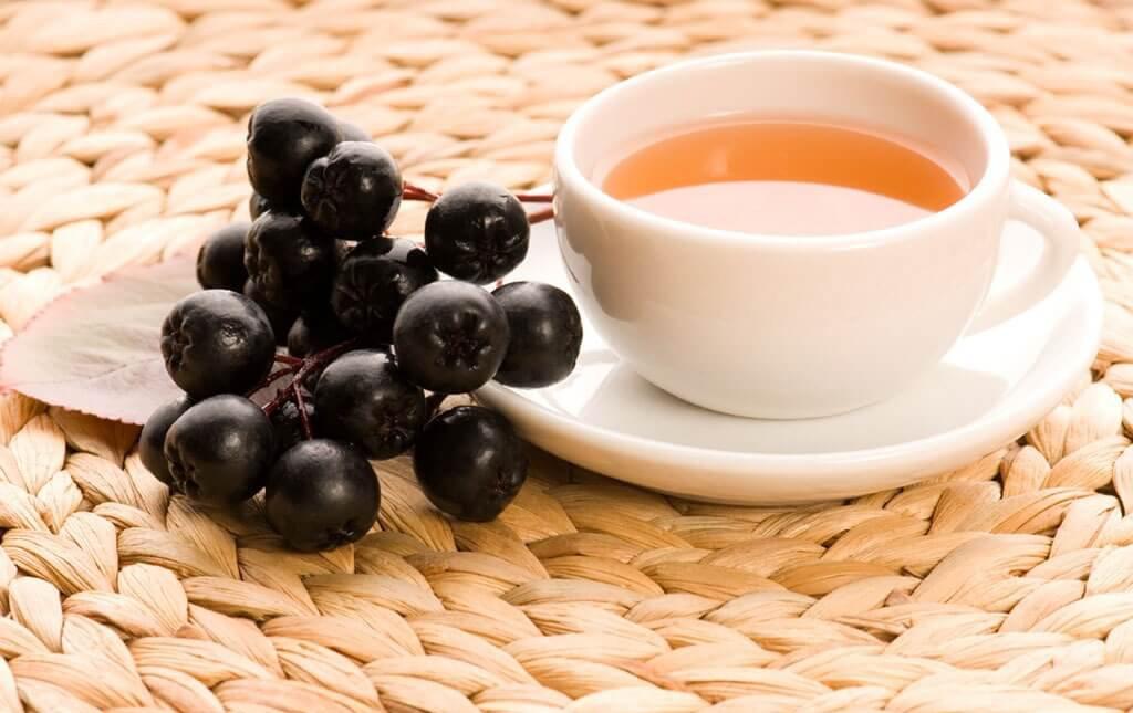 Чай и ягоды аронии