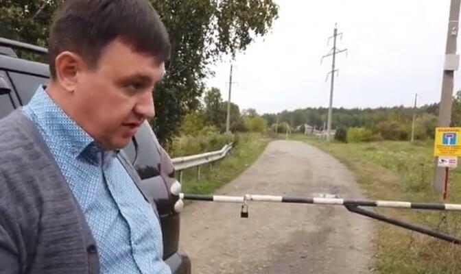 В Алтайском крае две недели сливают молоко в канализацию
